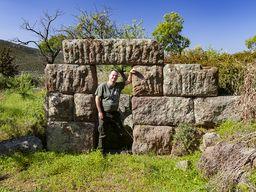 Tobias Schorr im Tor des antiken Turms