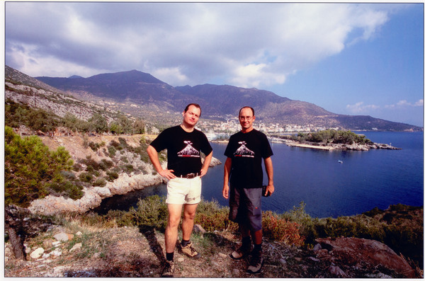 Tobias Schorr & Tom Pfeiffer vor der Stadt Methana. (c) Karen Blatchford 2006