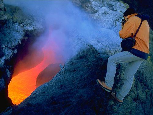 Der Vulkanfotograf Tom Pfeiffer an einem Lava-Fenster