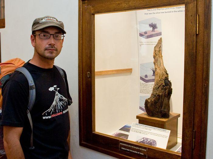 Dr. Tom Pfeiffer war der Entdecker des fossilen Holzes, das die Datierung der minoischen Erupiton der Insel Santorin mit der C14-Methode möglich machte (c) Tobias Schorr