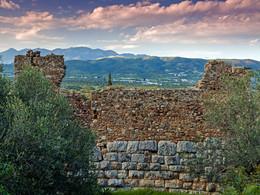 Blick über den antiken Turm in Richtung Methana (c) Tobias Schorr