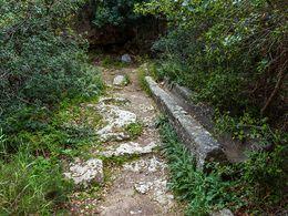 Die antike Wasserleitung aus einem Stück Vulkangestein gemeißelt. (c) Tobias Schorr