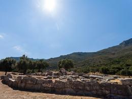 Die ältesten Mauern im antiken Heiligtum von Troizen (c) Tobias Schorr