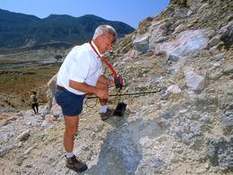 Der Geologe Dr. Prof. Volker Dietrich misst die Temperatur der vulkanischen Gase (c) Tobias Schorr