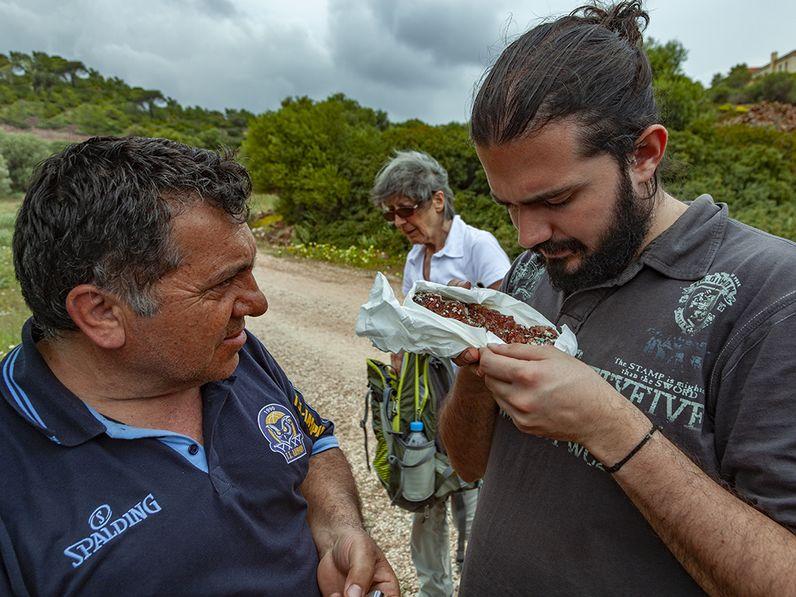 Vasili, Michali und Herkles (nicht auf dem Foto) sind die engagiertesten Mineraliensammler aus Laurion. (c) Tobias Schorr