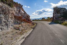 An der Strasse nach Vathy sind vulkanische Ablagerungen mit Bims aufgeschlossen. (c) Tobias Schorr