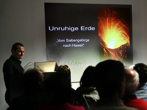 Tobias Schorr bei einem Vortrag im Museum Lava-Dome in Mendig/Eifel.