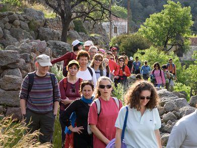 Eine der größten griechischen Wandergruppen, die Tobias Schorr auf Methana führte (2009)