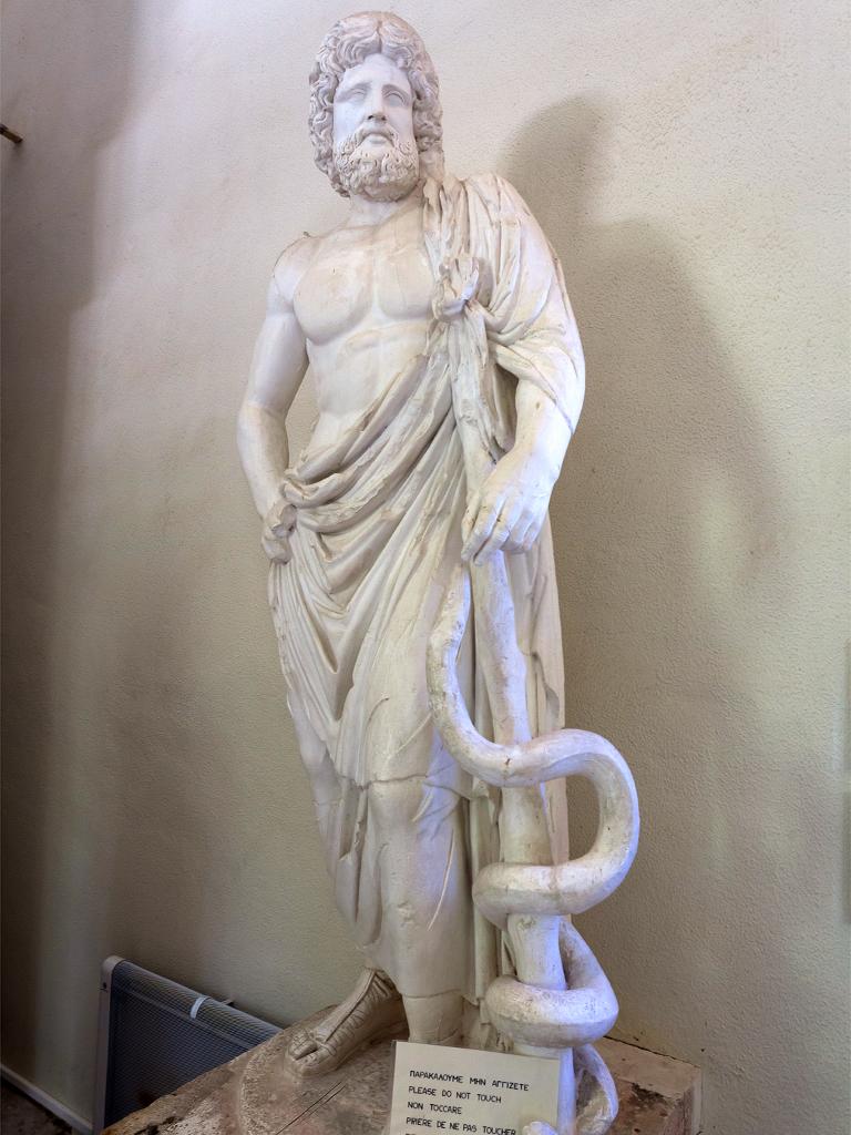 Der Gott Asklepios als Gipsabguß im Museum von Epidaurus (c) Tobias Schorr
